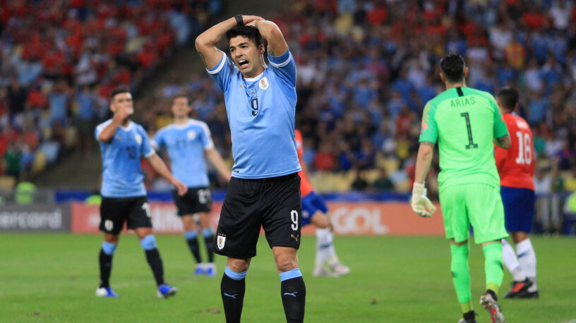 Bramkarz dotknął piłkę ręką,  Luis Suarez domagał się karnego