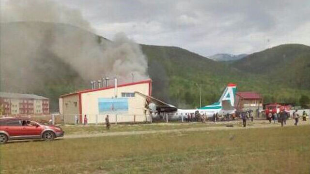 Samolot lądował awaryjnie, wypadł z pasa, staranował budynek. Wybuchł pożar