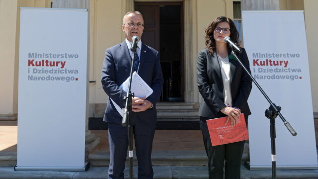 Jarosław Sellin and Aleksandra Dulkiewicz in front of the ministry of culture in Warsaw (video from June 18)