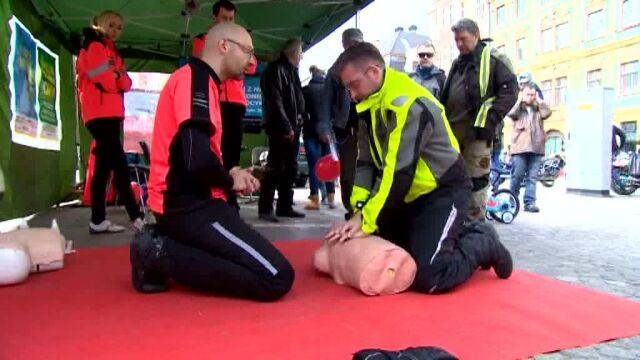 Motocykliści uczą się, jak pomagać ofiarom wypadków
