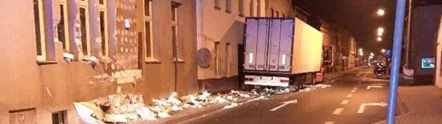 Tir otarł elewacje trzech budynków i uszkodził przyłącza gazowe