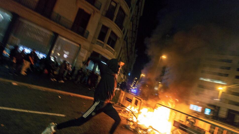 """""""Najbardziej gorące"""" miejsce w Barcelonie. Zapłonęły barykady wokół placu"""