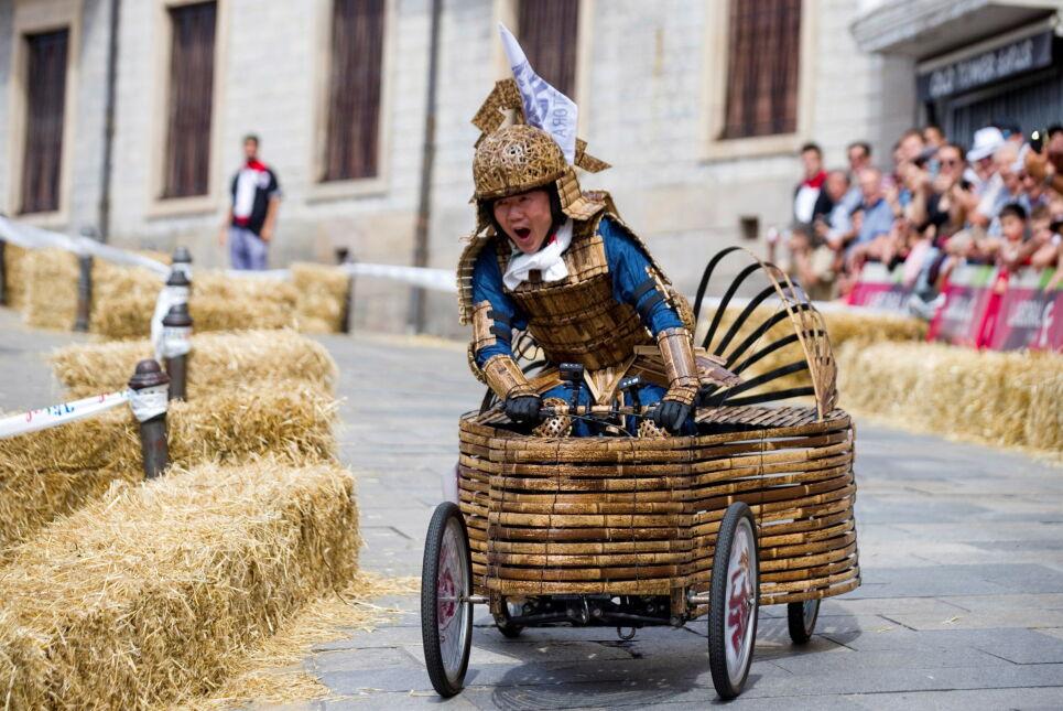 """Yoshihiro Yamagishi - uczestnik czwartej edycji wyścigu """"goitiberas"""" organizowanego ku czci patronki miasta Vitoria położonego w północnej Hiszpanii"""