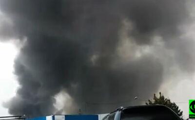 Pożar na wysypisku śmieci, zagrożona pobliska fabryka. Kilkanaście zastępów w akcji