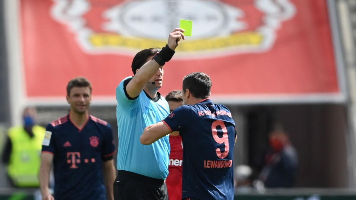 """Lewandowski odpocznie od ligi. """"Sędzia widział cios Roberta"""""""