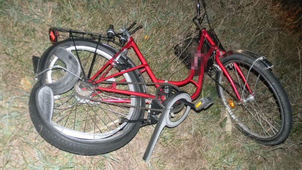 Potrącony rowerzysta umierał na poboczu. Pijany kierowca busa uciekł