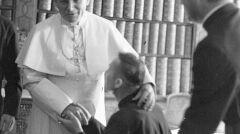 Papież Jan Paweł II (z lewej) oraz dwaj przedstawiciele duchowieństwa zakonnego podczas spotkania w bibliotece jasnogórskiej. 1979-06-04