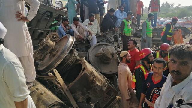 W Pakistanie zderzyły się pociągi. Wielu zabitych, władze wszczynają dochodzenie