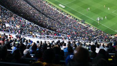127 usterek. Kibice Barcelony byli narażeni na niebezpieczeństwo