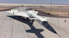 """XB-70A miał wówczas bardzo nowoczesny układ typu """"kaczka"""". Widoczne tuż za kokpitem dwa stery wysokości standardowo znajdują się na ogonie samolotu. W układzie """"kaczka"""" z przodu"""