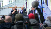 Tłum doprowadził Tuska do prokuratury