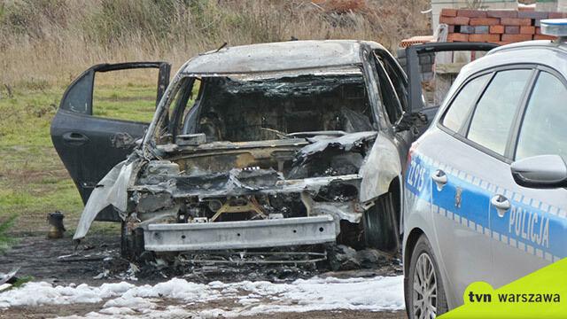 """Samochód w ogniu pod Warszawą.  W środku """"zwęglone ciało mężczyzny"""""""