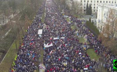 Tłumy na ulicach Warszawy. Nagranie z drona