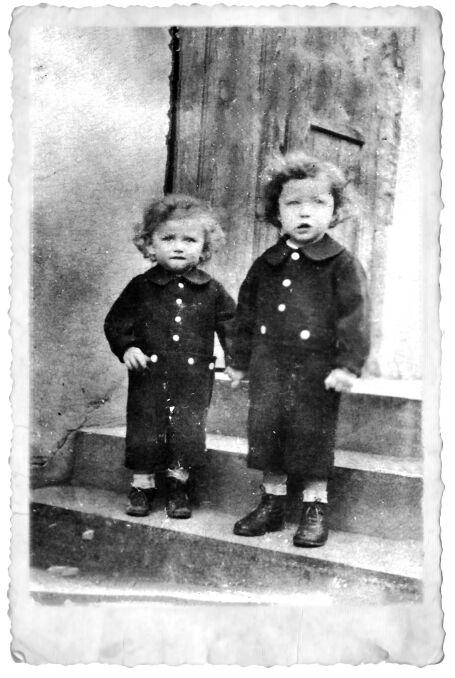Dwoje z trojka dzieci Zacharjego Goldmana, wujka Sabiny Baral