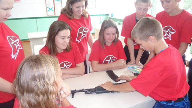 """Kałasznikow w szkole """"zaszczepi uczucie patriotyzmu"""". Nauczyciele otrzymali rekomendacje"""