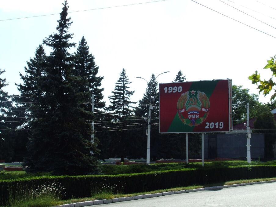 Bilboard z godłem Naddniestrza i darami funkcjonowania parapaństwa