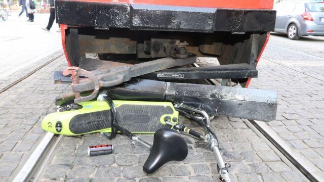 77-latek na elektrycznej hulajnodze zderzył się czołowo z tramwajem