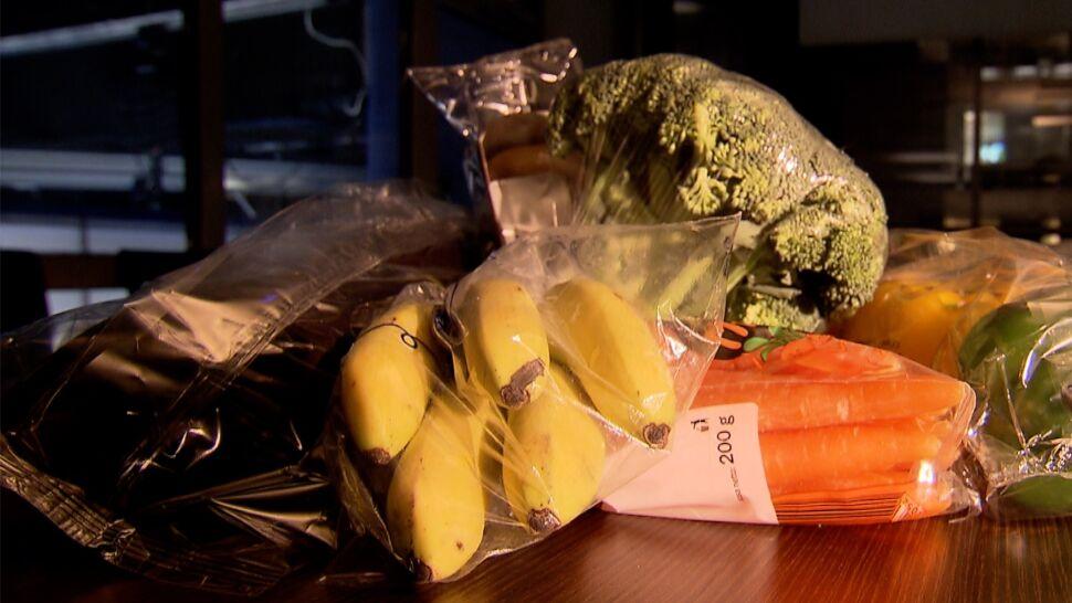 Ekologiczny absurd: sklepy wysyłają produkty opakowane folią