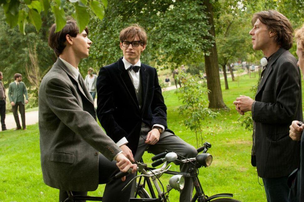 Eddie Redmayne oraz reżyser James Marsh na planie filmu