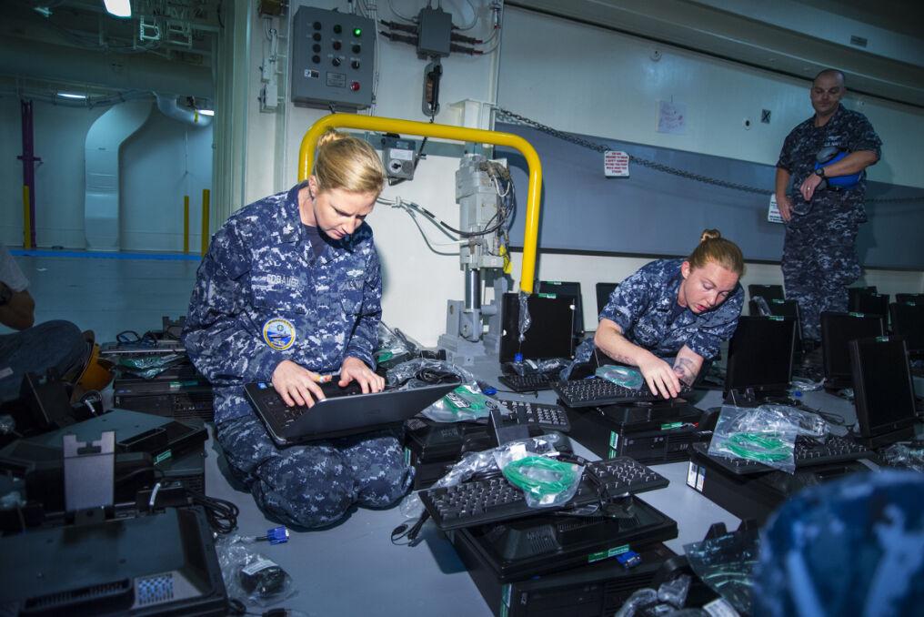 Wielki okręt to też wielkie zadanie administracyjne. Trzeba ustawić i uruchomić między innymi kilka tysięcy komputerów
