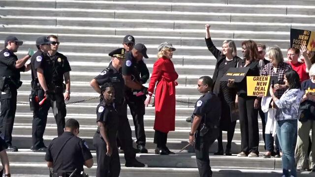 Jane Fonda w kajdankach przed Kapitolem. Zatrzymana za