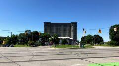 Michigan Central Station - stacja i dworzec kolejowy w Detroit z 1913 roku, zamknięty w 1988. Od tamtej pory stał nieużywany i popadał w ruinę. Był jednym z największych symboli upadku Detroit