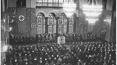 Magazyn przybylski | Objęcie urzędu gauleitera przez Greisera. Swastyki zasłaniają cesarskie dekoracje sali tronowej