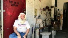 Arthur, weteran wojenny, w swoim sklepie, w którym sprzedaje elementy dekoracyjne zrobione ze starego bruku