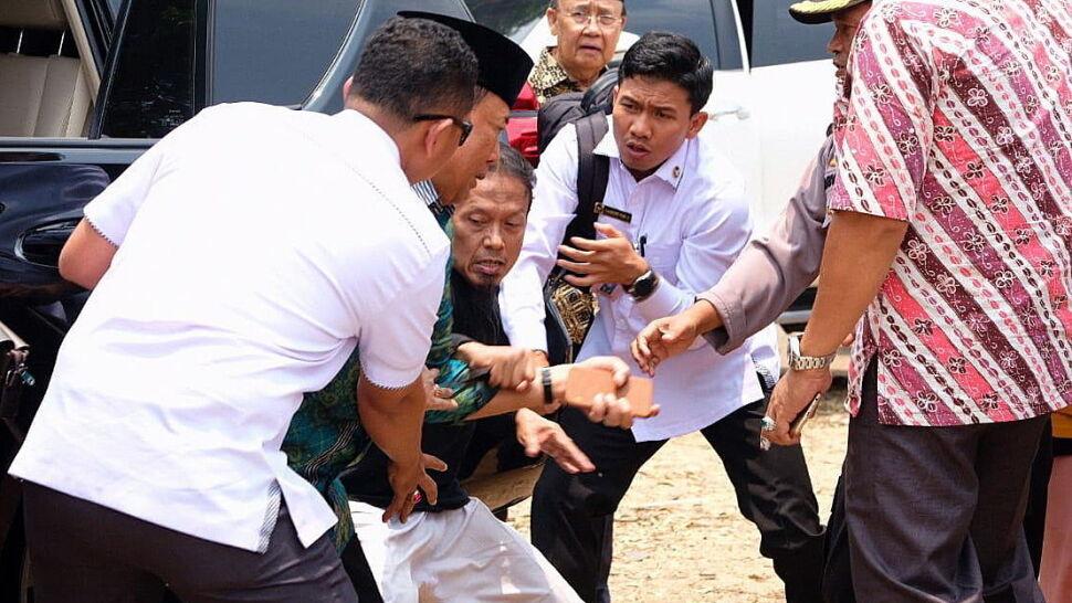 Minister zaatakowany przez nożownika. Przeszedł operację