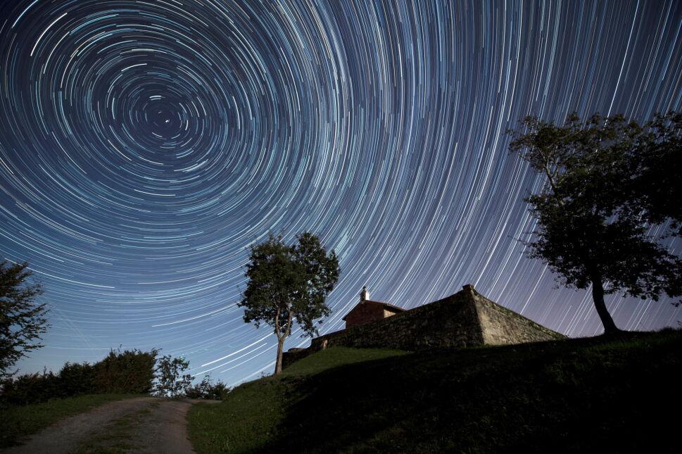Gwiazdy okołobiegunowe nad Comillas, Hiszpania