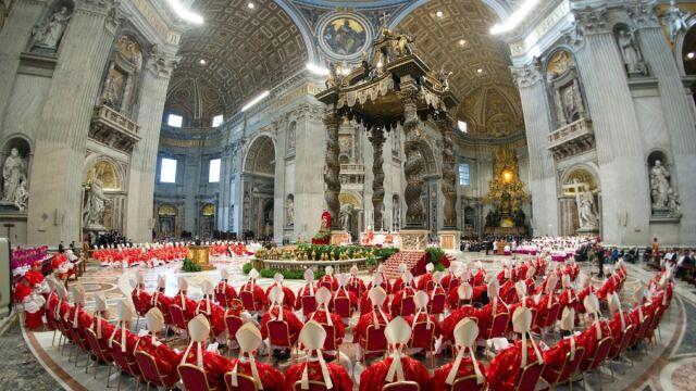 Dlaczego kardynałowie jeszcze nie wybrali papieża?