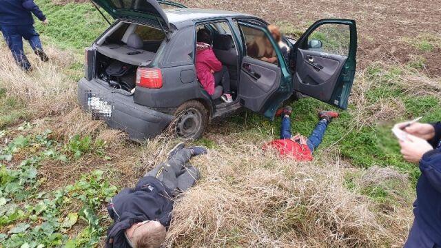 Przed policją uciekł samochodem na pole  i tam ugrzązł. Był pod wpływem narkotyków