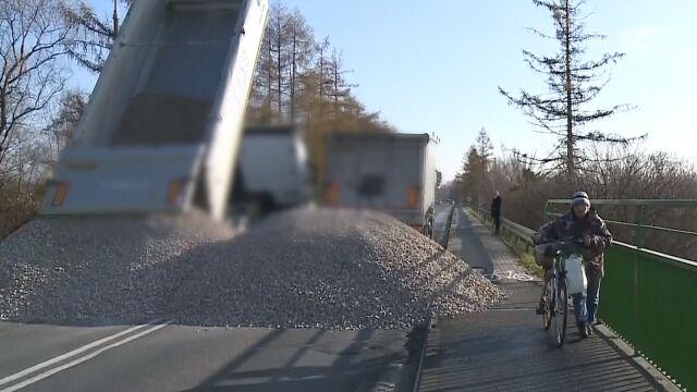 Wysypali tłuczeń, żeby nikt nie wjeżdżał. Most dzieli zamiast łączyć, bo jest w bardzo złym stanie