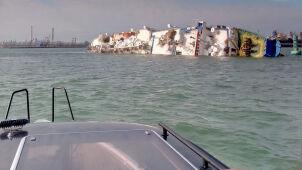 Statek z ponad 14 tysiącami owiec przewrócił sięna bok.