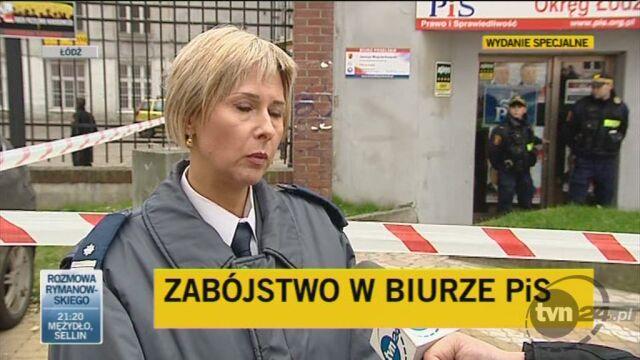 Policjantka relacjonuje przebieg zdarzenia