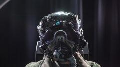 """Hełm pilota F-35 jest obecnie najbardziej skomplikowanym urządzeniem tego rodzaju. Docelowo ma umożliwiać swobodne patrzenie """"przez"""" kadłub maszyny, dzięki systemowi kamer zamontowanych na samolocie"""