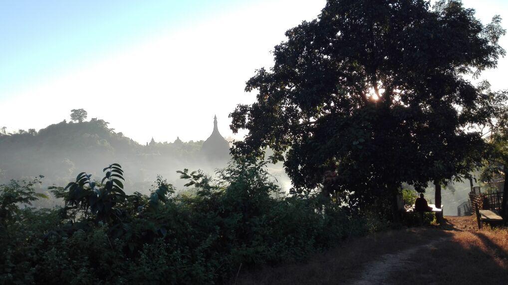 Senne ruiny Mrauk U pośród tropikalnej zieleni