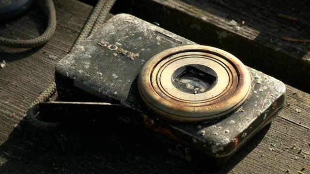 Na dnie jeziora znalazł aparat, leżał tam 11 lat. Teraz szuka właścicieli zdjęć