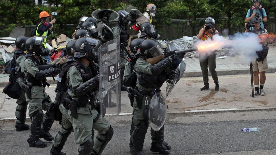Wznosili barykady, policja użyła gazu. Kolejny dzień protestów w Hongkongu
