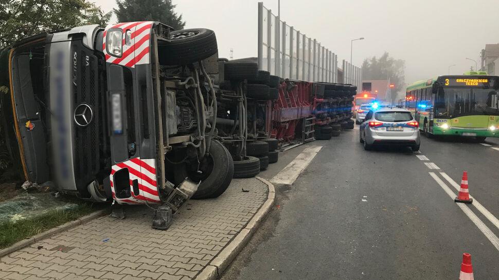 Ciężarówka przewróciła się  na łuku drogi. Uszkodzony budynek