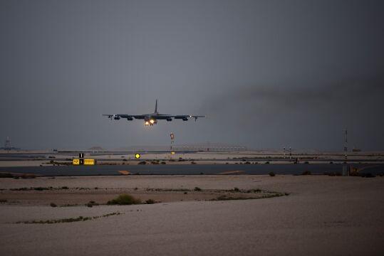 B-52H Stratofortress podchodzi do lądowania na katarskim lotnisku
