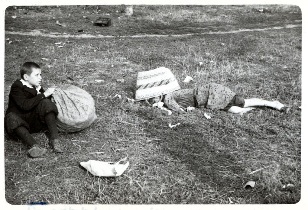 Chłopiec przy zwłokach matki. Jedno ze zdjęć wykonane przez Juliena Bryana po ataku niemieckich samolotów