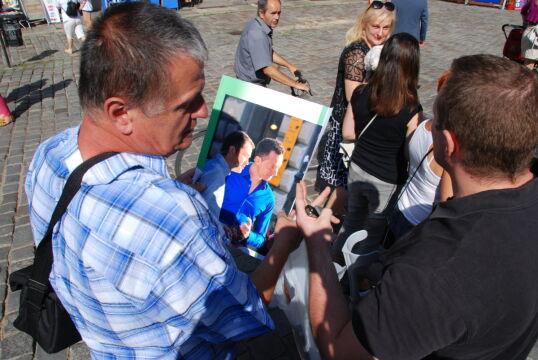 Ten pan rano zrobił zdjęcie i po godz. 10 przyniósł je wywołane, by podpisali się na nim Jarek i Tomek. Zrobili to