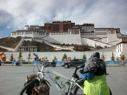 Tybet, obładowany bagażami rower