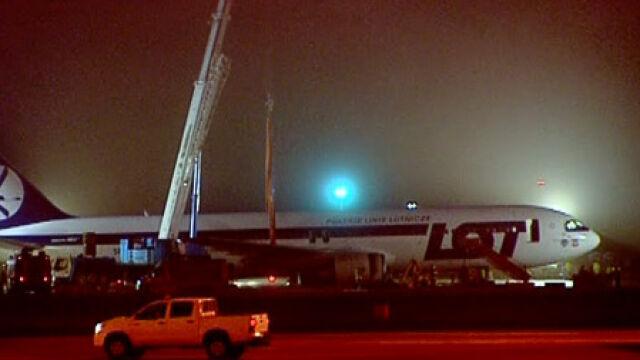 Na warszawskim lotnisku Chopina trwa akcja podnoszenia Boeinga 767