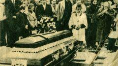 Pogrzeb studenta - fotografia z biuletynu informacyjnego nr 7 Wolna Europa wrzesień 1956