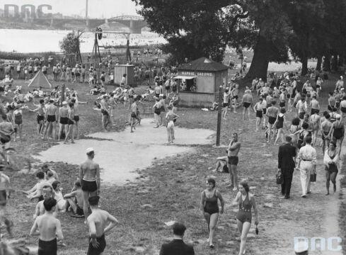 Plaża Braci Kozłowskich w Warszawie. Widoczny most Poniatowskiego, 1936.