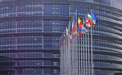 Flagi przed Parlamentem Europejskim opuszczone do połowy