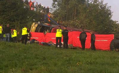 Autokar spadł ze skarpy. Nie żyją trzy osoby, 51 trafiło do szpitali