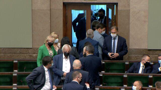 posłowie Prawa i Sprawiedliwości wychodzą z sali plenarnej Sejmu